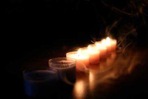 El humo que desprenden las velas en un ritual