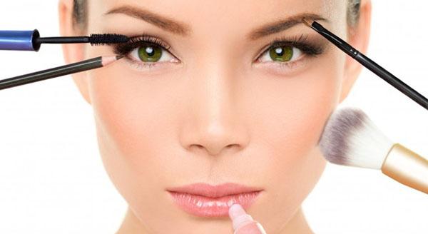 Lee más sobre el artículo Soñar con maquillaje o maquillarse