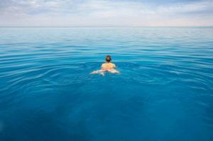 Soñar con nadar en un río una piscina o mar